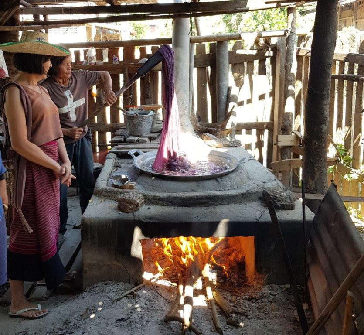 de katoenen sjaals worden gekookt om ze zacht te maken