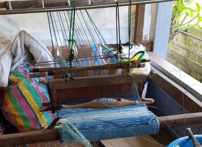op het weefgetouw worden de sjaals met de handgeweven