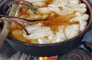 voor het weven wordt het garen gewassen en gekookt