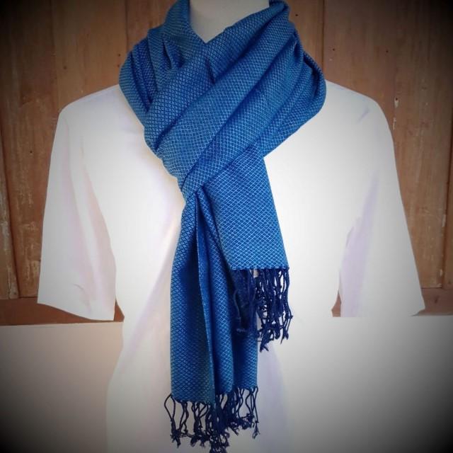 blauwe sjaal met donkerblauw ruitjespatroon