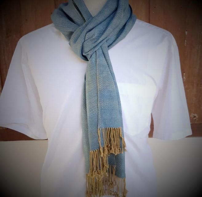 lichtblauwe sjaal met oker franjes