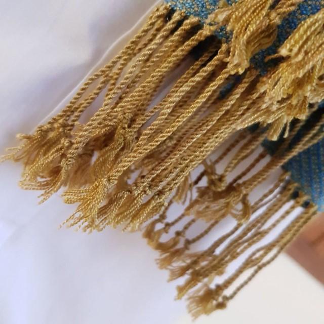lichtblauwe sjaal met okergele franjes