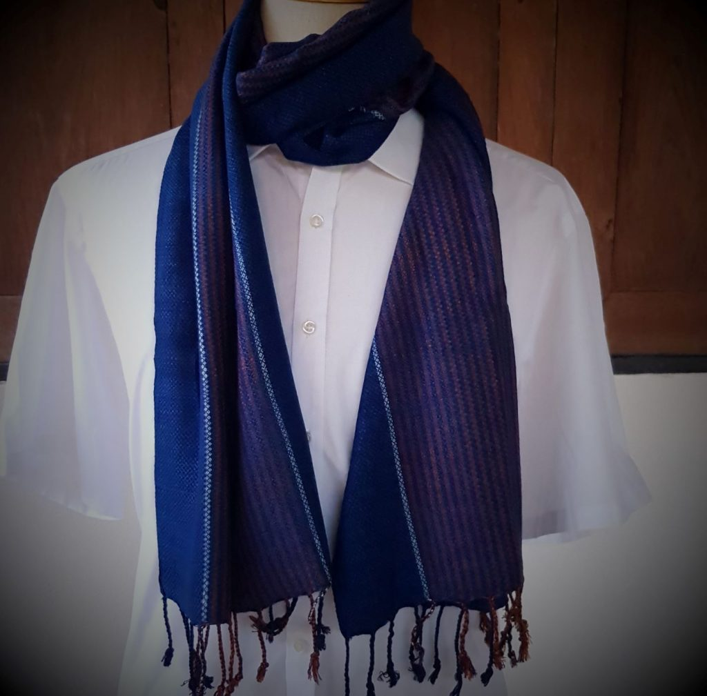 Donkerblauwe sjaal met oranje en witte streep
