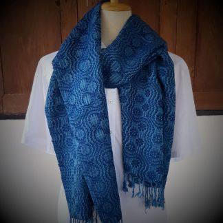 lichtblauw met donkerblauwe sjaal