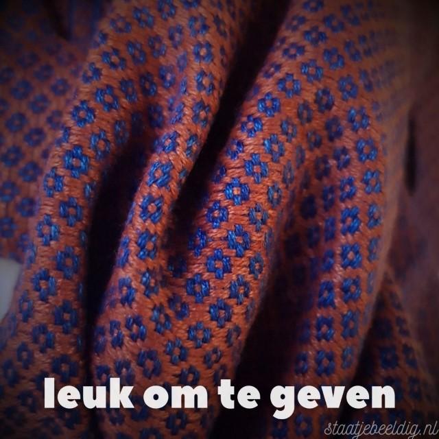 een duurzame handgeweven sjaal  geven